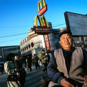 Rickshaw-förare framför en av Pekings första McDonald's, Kina Foto: Kjell Fredriksson