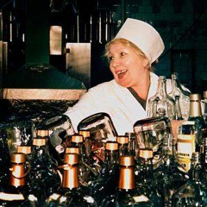 Olga på vodkafabriken i Kaliningrad, Porträtt i miljö Foto: Kjell Fredriksson