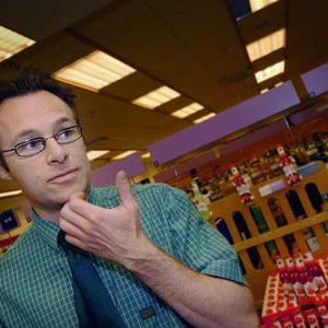 Olle Jonsson, butikschef på systembolaget i Västerås, Porträtt i miljö Foto: Kjell Fredriksson