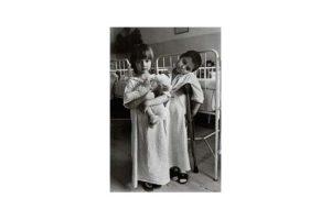 Barn på en cancerklinik i det forna Tjeckoslovakien 2/7, Timglaset barn Foto: Kjell Fredriksson