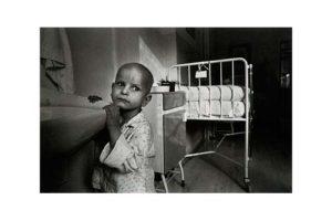 Barn på en cancerklinik i det forna Tjeckoslovakien 3/7, Timglaset barn Foto: Kjell Fredriksson