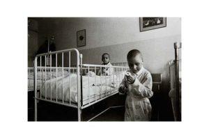 Barn på en cancerklinik i det forna Tjeckoslovakien 5/7, Timglaset barn Foto: Kjell Fredriksson